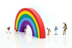 Personnes miniatures : enfants et terrain de jeu d'étudiant en parc de ville Image stock
