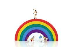 Personnes miniatures : enfants et terrain de jeu d'étudiant en parc de ville Photographie stock libre de droits