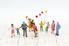 Personnes miniatures : enfants jouant ainsi que la famille Utilisation d'image pour le concept international de jour de famille h Photographie stock