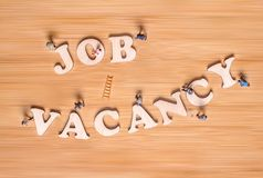 Personnes miniatures et l'expression Job Vacancy Concept créateur image libre de droits