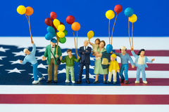 Personnes miniatures, famille américaine heureuse tenant des ballons avec l'ONU Photo stock