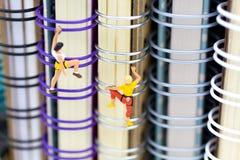 Personnes miniatures : Grimpeur s'élevant sur le livre Utilisation d'image pour apprendre, concept d'éducation Image libre de droits