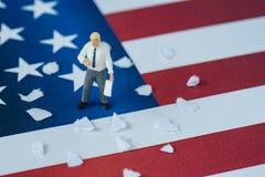 Personnes miniatures, homme d'affaires américain tenant le document avec le thé Photographie stock libre de droits