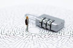 Personnes miniatures : Homme d'affaires avec le codage de clé machine, secret c photographie stock