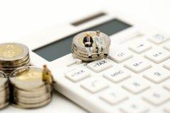 Personnes miniatures : Homme d'affaires et ami avec la calculatrice et le s Photographie stock libre de droits