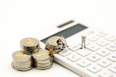 Personnes miniatures : Homme d'affaires et ami avec la calculatrice et le s Image stock