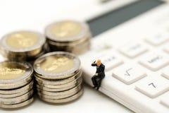 Personnes miniatures : Homme d'affaires et ami avec la calculatrice et le s Photos libres de droits