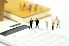 Personnes miniatures : Homme d'affaires et ami avec la calculatrice et le s Images libres de droits