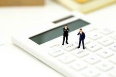 Personnes miniatures : Homme d'affaires et ami avec la calculatrice et le s Image libre de droits
