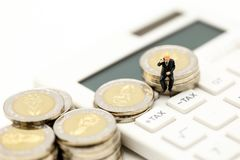 Personnes miniatures : Homme d'affaires et ami avec la calculatrice et le s Photographie stock