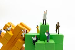 Personnes miniatures : Homme d'affaires se tenant sur la couleur en bois de blocs Utilisation d'image pour le concept d'affaires Image libre de droits