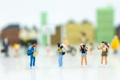 Personnes miniatures : la promenade de voyage de randonneur autour de la ville, vont au DEST Image stock