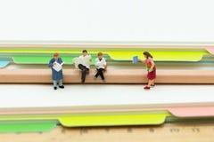Personnes miniatures : Les étudiants ont lu des livres Utilisation d'image pour apprendre, concept d'éducation photos stock