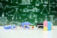 Personnes miniatures : Professeur et étudiants, enfants avec l'école s Image stock