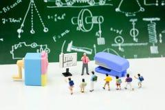 Personnes miniatures : Professeur et étudiants, enfants avec l'école s Photographie stock libre de droits
