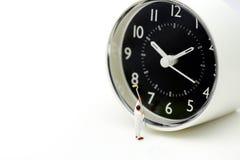 Personnes miniatures : travailleur nettoyant une horloge, concept de temps Photographie stock libre de droits