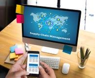 Personnes modernes de concept de supply chain management de SCM faisant des affaires photos stock