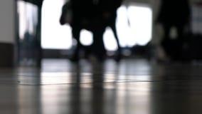 Personnes molles de foyer marchant par un terminal d'aéroport avec des valises, des sacs et des bagages banque de vidéos