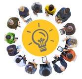 Personnes multi-ethniques à l'aide des dispositifs de Digital avec le symbole d'ampoule illustration de vecteur