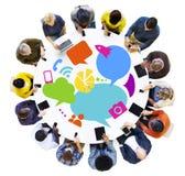 Personnes multi-ethniques avec des dispositifs de Digital images libres de droits