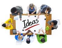 Personnes multi-ethniques ayant une réunion et un concept d'idées Image stock