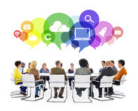 Personnes multi-ethniques lors d'une réunion avec des symboles sociaux de media Photo stock