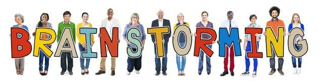 Personnes multi-ethniques tenant la séance de réflexion de Word Photos stock