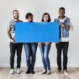 Personnes multiraciales heureuses tenant la bulle de la parole de copyspace Photos stock