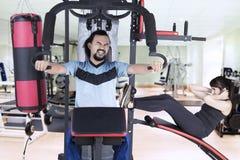 Personnes multiraciales s'exerçant sur la machine de poids Image stock