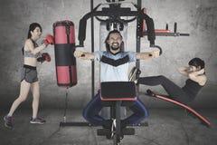 Personnes multiraciales s'exerçant sur la machine de poids Photographie stock libre de droits