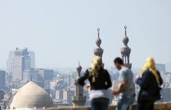 Personnes musulmanes arabes regardant le Caire islamique en Egypte photographie stock