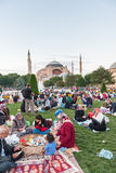 Personnes musulmanes qui sont attente de jeûne l'adhan et x28 ; ezan& x29 ; Image libre de droits