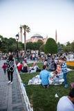 Personnes musulmanes qui sont attente de jeûne l'ezan adhan Image stock