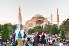 Personnes musulmanes qui sont attente de jeûne l'ezan adhan Photo stock