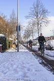 Personnes néerlandaises faisant du vélo dans la neige Photographie stock