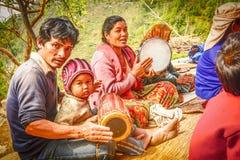 Personnes népalaises jouant les instruments de musique traditionnels Image stock