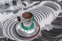 Personnes nettoyant le plancher noir de granit avec la machine et chimique thaïlandais Photo stock