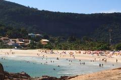 Personnes Niteroi Rio de Janeiro de Piratininga de plage Photographie stock libre de droits