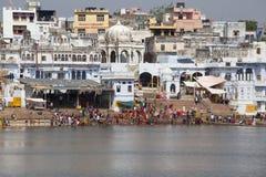 Personnes non identifiées au lac saint Pushkar Sarovar dans l'Inde Photo libre de droits