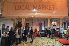 Personnes non identifiées au marché local sur le festival de nourriture de rue en K Photos libres de droits