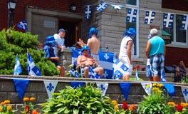 Personnes non identifiées célébrant des vacances nationales du ` s du Québec Image stock