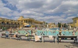 Personnes non identifiées dans une piscine du Szechenyi Image stock