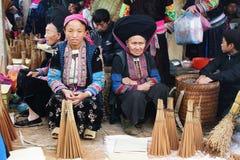 Personnes non identifiées de différentes ethnies sur le marché de Lung Phin image stock