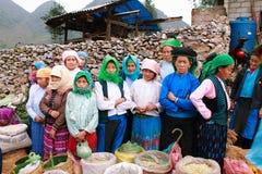 Personnes non identifiées de différentes ethnies sur le marché de Lung Phin photo stock