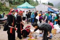 Personnes non identifiées de différentes ethnies sur le marché de Lung Phin photo libre de droits