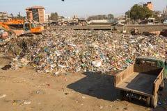Personnes non identifiées des secteurs plus pauvres fonctionnant dans le tri du plastique sur la décharge Photos stock