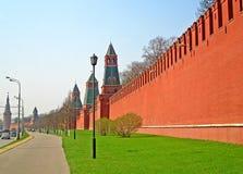 Personnes non identifiées près de mur de Kremlin pendant le début de la matinée, Moscou, Russie image stock