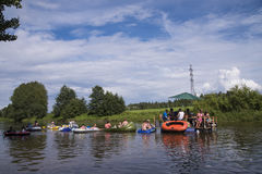 Personnes non identifiées rédigeant en bas de la rivière chez le Kaljakellunta &#x28 ; Bière Floating&#x29 ; festival Photographie stock