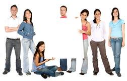 Personnes occasionnelles avec un panneau blanc au milieu Image stock