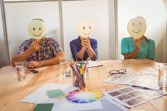 Personnes occasionnelles s'asseyant sur la chaise avec la tête de sourire Photos libres de droits